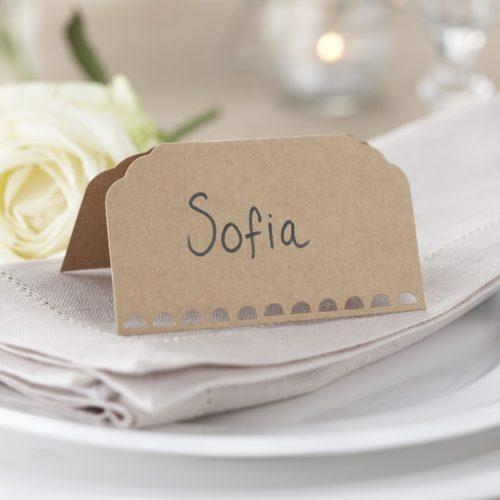 Namenskarte mit ausgestanztem Rand aus Kreftpapier