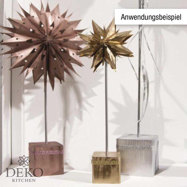 Papiersterne dekoriert auf Metallstab mit Holz-Sockel